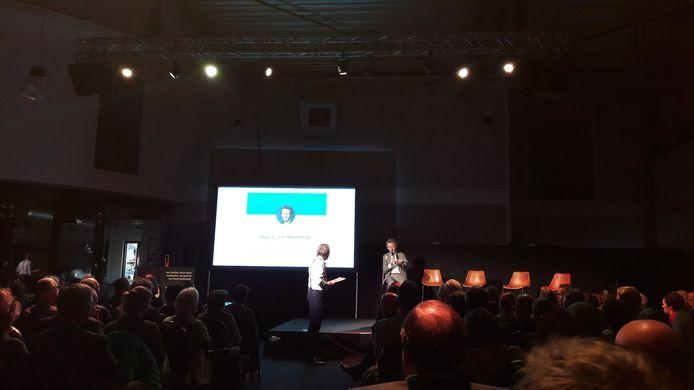 Jort Kelder introduceert topambtenaar Hugo van Meijenfeldt als eerste van vijf gasten tijdens de duurzaamheidstop op vliegveld Seppe.