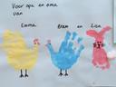 'We hebben geknutseld voor opa en oma. De oudste 2 (3 en 1 jaar) hebben een kip gemaakt met hun hand en de jongste (5 maanden) een paashaas met haar voetje.'