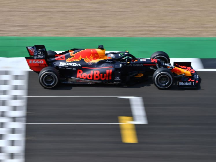 Verstappen verslaat Mercedessen en wint op Silverstone