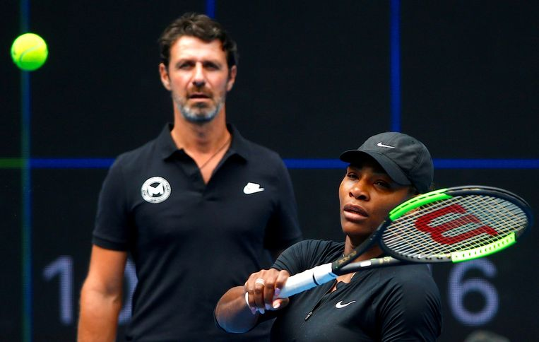Serena Williams, in de achtergrond coach Patrick Mouratoglou.