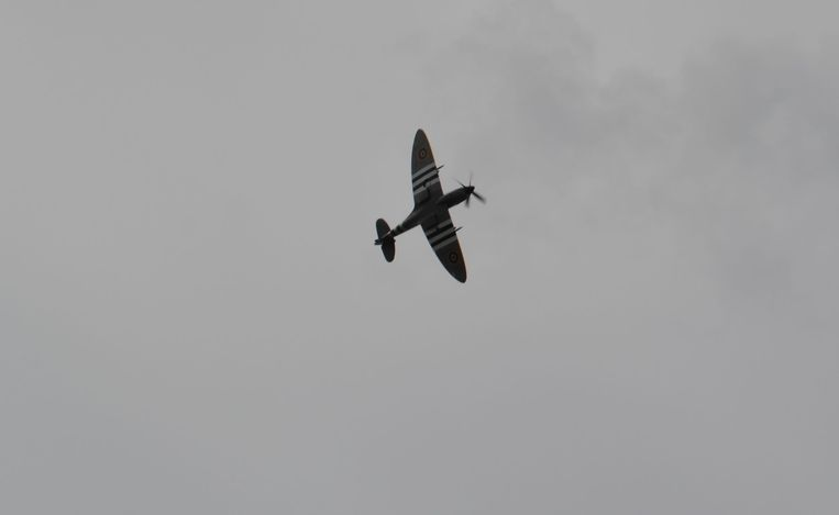 Een Spitfire vloog over.