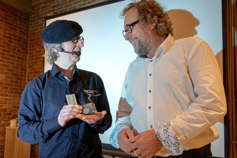 Norbert Maes kreeg een Lifetime Achievement Award van Berten Steenwegen, voorzitter van beroepsfotografenvereniging vzw Studio.