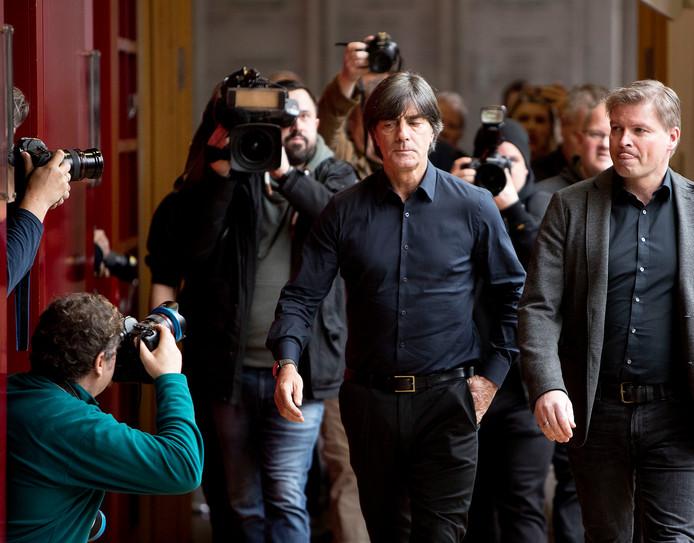 Joachim Löw op weg naar de persconferentie in Frankfurt.