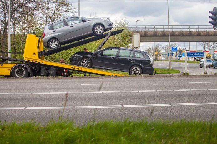 De beide auto's die bij het ongeluk betrokken waren worden afgevoerd. De grijze auto kwam uit de richting Deventer, de zwarte van de kant van het industriegebied.