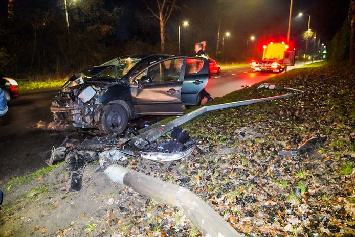 De auto raakte van de weg op de Eisenhowerlaan in Eindhoven.
