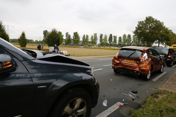 Verschillende auto's botsten op elkaar op de Boxmeerseweg.