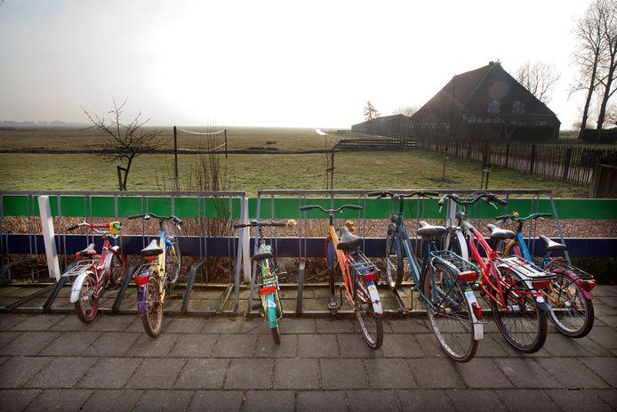 Een fietsenstalling van een kleine school.