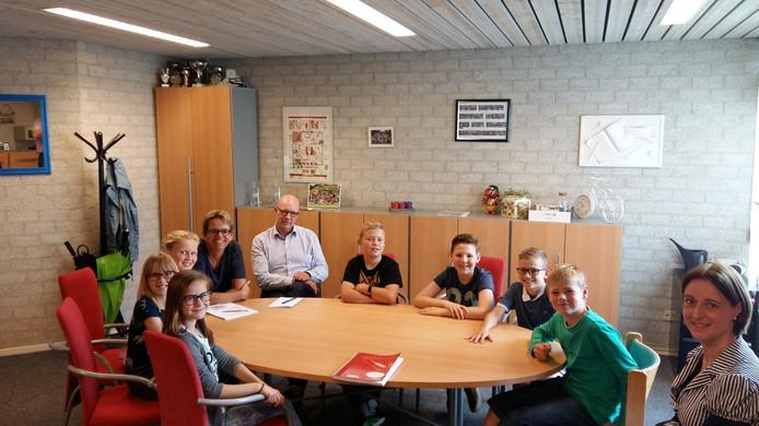 Leerlingen uit de groepen 7 van de Olof Palmeschool in Drunen bereiden zich met onder anderen meer ambtenaren van de gemeente Heusden voor op het jeugdcongres over de opvang van vluchtelingen.