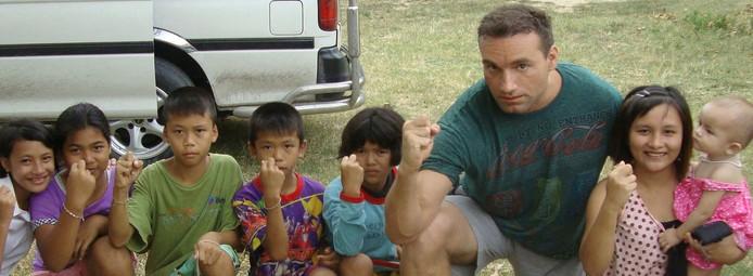 Ron Smoorenburg met jonge Thaise fans.