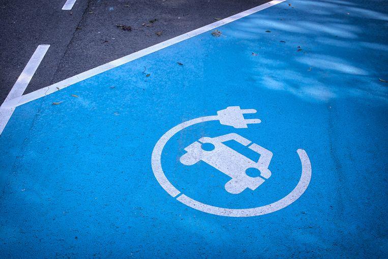 Laadplaats voor een elektrische auto. Staatssecretaris Stientje van Veldhoven trekt 5 miljoen euro subsidie uit voor laadpalen die niet alleen autoaccu's opladen, maar ook kunnen ontladen en die elektriciteit terugleveren aan het net.  Beeld null