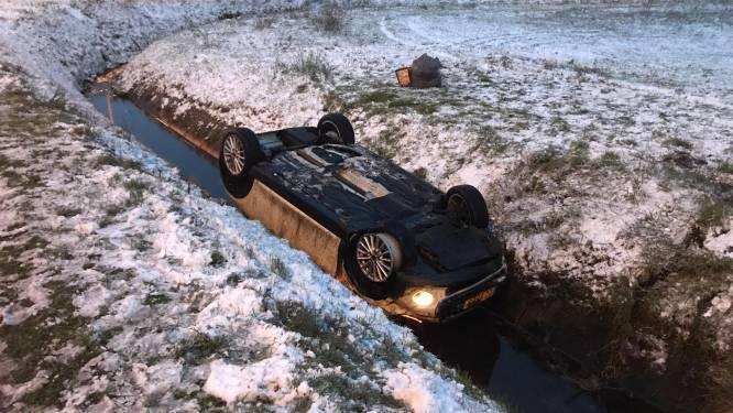 Mini Cooper met drie inzittenden tolt over gladde E34 en belandt in gracht: één zwaargewonde naar ziekenhuis overgebracht
