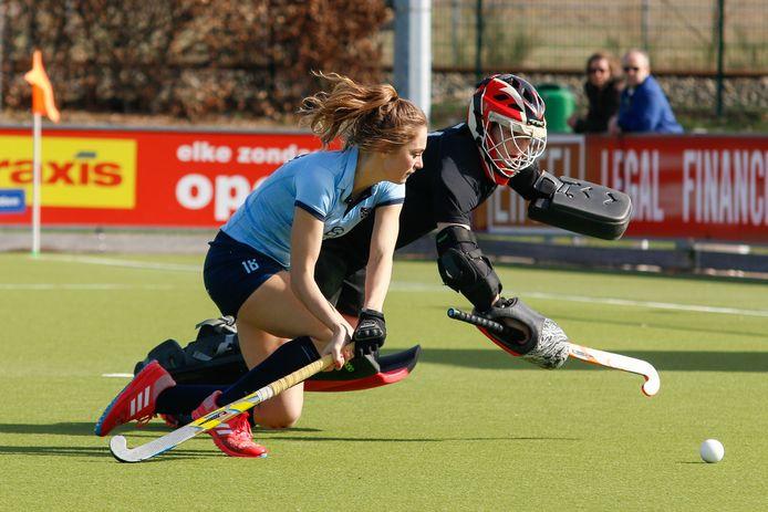 Tessa Schoenaker in 2017 in actie voor NMHC. De 24-jarige hockeyster keert nu terug in Nijmegen.
