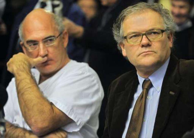 Urgentie-arts Ignace Demeyer naast justitieminister Stefaan De Clerck tijdens een persconferentie.