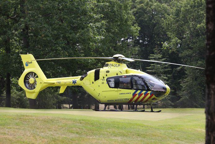 De traumahelikopter trok veel bekijks op de golfbaan.