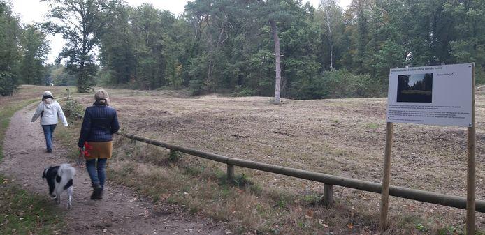 De sinds kort kale strook grond tussen de Eerste en de Tweede Heide.
