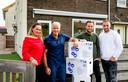 De familie Roelvink bij hun tijdelijke woning  voor het SBS6 programma 'De Roelvinkjes: Effe geen cent te makken'.