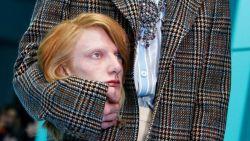 Modellen met afgehakte hoofden op de catwalk bij Gucci