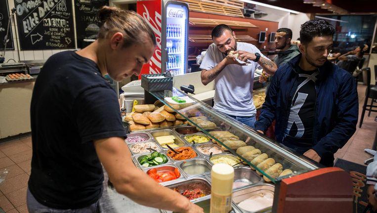 Op zaterdagochtend gaan er gemakkelijk vijf kilo filet americain doorheen bij bakker Verboom Beeld Rink Hof