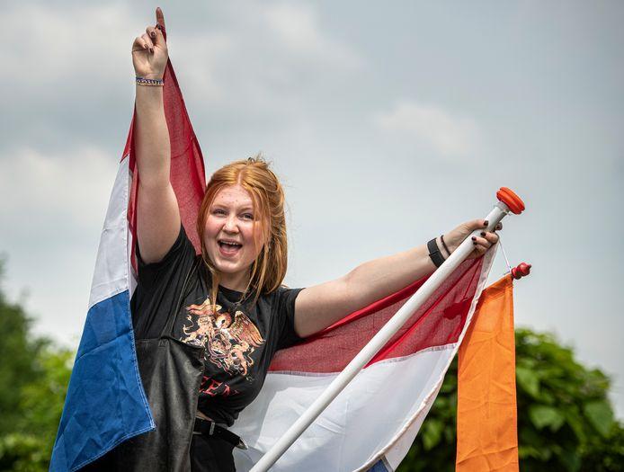 Examenkandidaat Inze van den Udenhout kan vandaag eindelijk de vlag met haar tas buiten hangen.