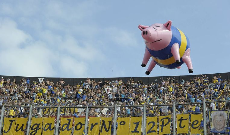 In 2012 lieten de fans van River een enorm opblaasbaar varken door het stadion vliegen - een verwijzing naar de spottende bijnaam die ze Boca-aanhangers geven.