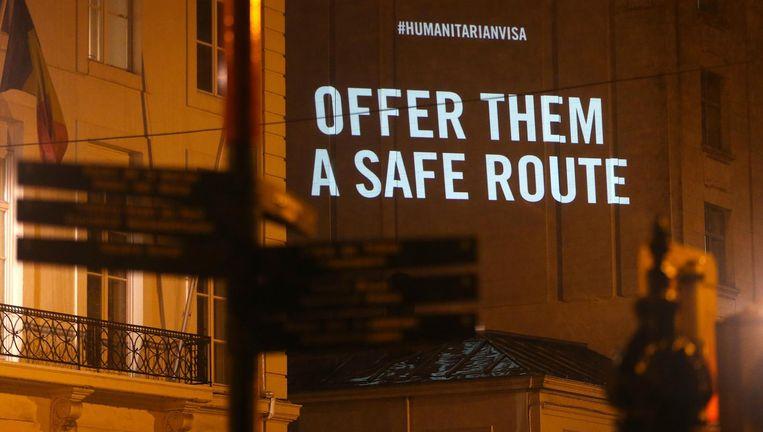 Met een lichtshow protesteerde Amnesty International half november bij het kabinet van de staatssecretaris voor Asiel en Migratie, Theo Francken, in Brussel. Beeld Belga