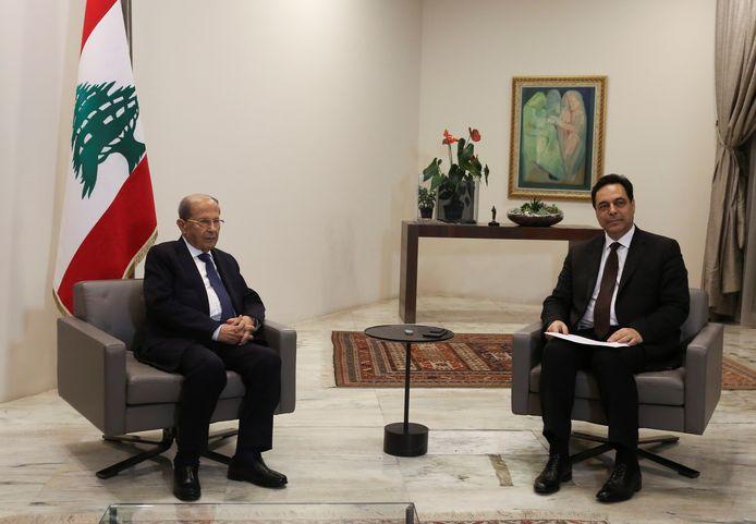De Libanese president Michel Aoun (links) accepteerde het ontslag van de regering van zijn premier.