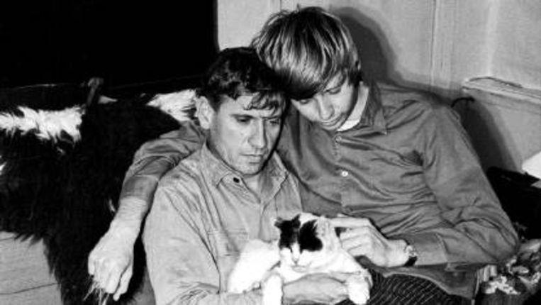 Reve met Woelrat en kat op schoot in het huis te Greonterp, waar zij, samen met Teigetje, zeven jaar woonden. (ILL. UIT 'HUIZE HET GRAS') Beeld