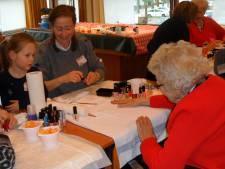 NL Doet in De Clossenborch Hilvarenbeek: nagels lakken en wafels bakken
