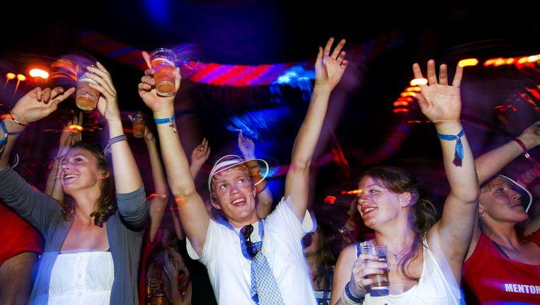 Aankomende studenten feesten woensdag tijdens de Cantus in Utrecht. De avond is een onderdeel van de Utrechtse Introductie Tijd (UIT). Gedurende deze introductiedagen worden de studenten wegwijs in de stad en maken ze kennis met de onderwijsinstellingen en verenigingen. © ANP Beeld