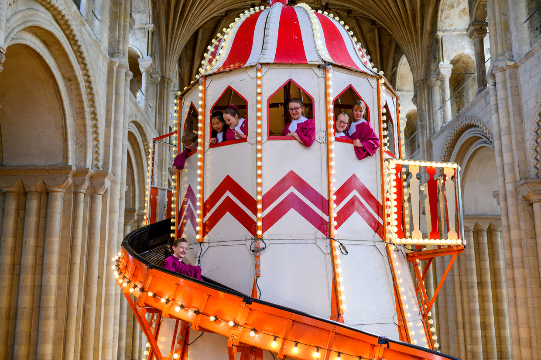 De glijbaan in de kathedraal van Norwich.
