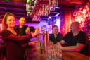 Barkeepster Iris Jenster en (eigenaar) Vincent van Brakel achter de bar van Café Pitchers en twee gasten: 'Dit is zo niet vol te houden'