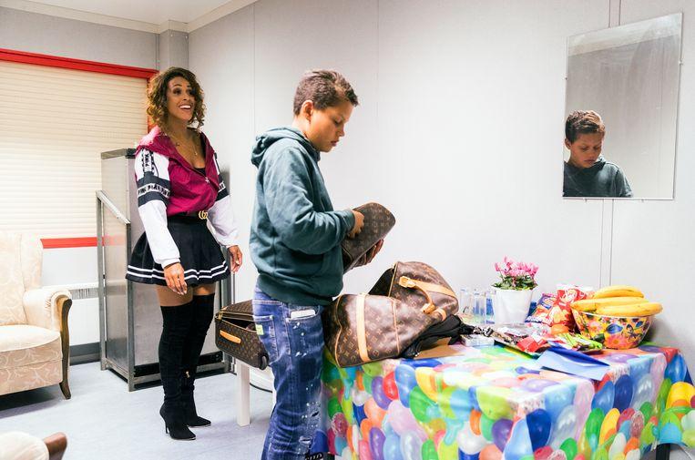 Glennis Grace maakt zich klaar voor haar optreden in de kleedkamer.  Beeld Jiri Buller