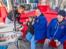 Vrolijke rode bank en heerlijke ijsjes op plein