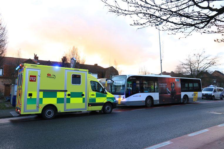 De bus moest een noodstop maken in de Bazelstraat waardoor enkele reizigers zwaar ten val kwamen.