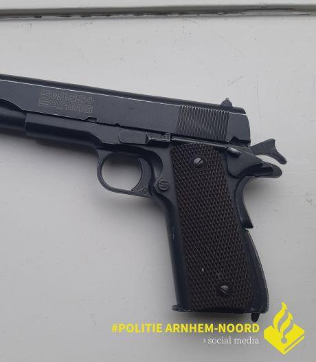 Apeldoorner gearresteerd na tonen 'vuurwapen' in Arnhem