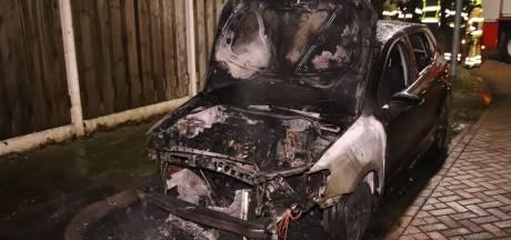 Auto gaat in vlammen op in Culemborg, brandstichting niet uitgesloten