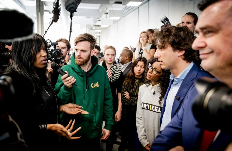 Leerlingen van een ROC op bezoek in de Tweede Kamer, samen met de makers van het tv-programma 'De Stembus'. Beeld ANP