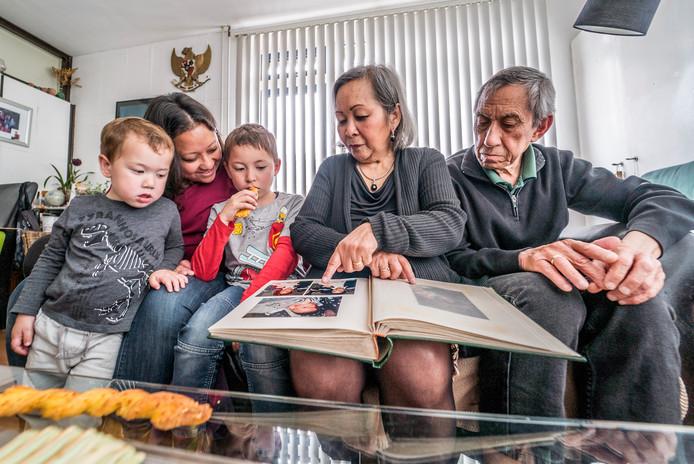 De familie Flem, met moeder Noortje en vader Leslie, bekijken oude foto's.