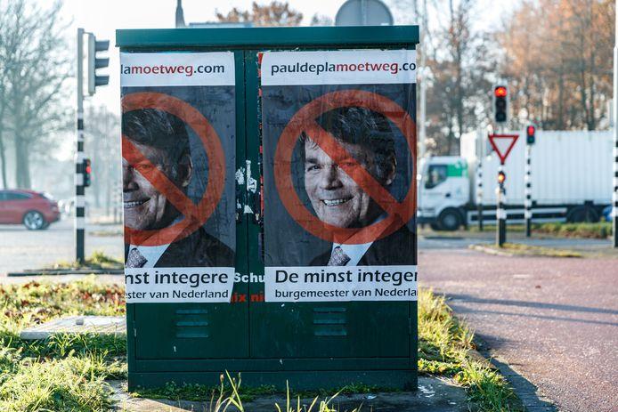 In Breda hangen affiches tegen burgemeester Paul Depla.