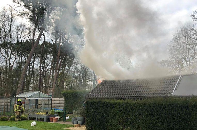 De brandweer beperkte de brand tot het tuinhuis. Het huis werd gered.