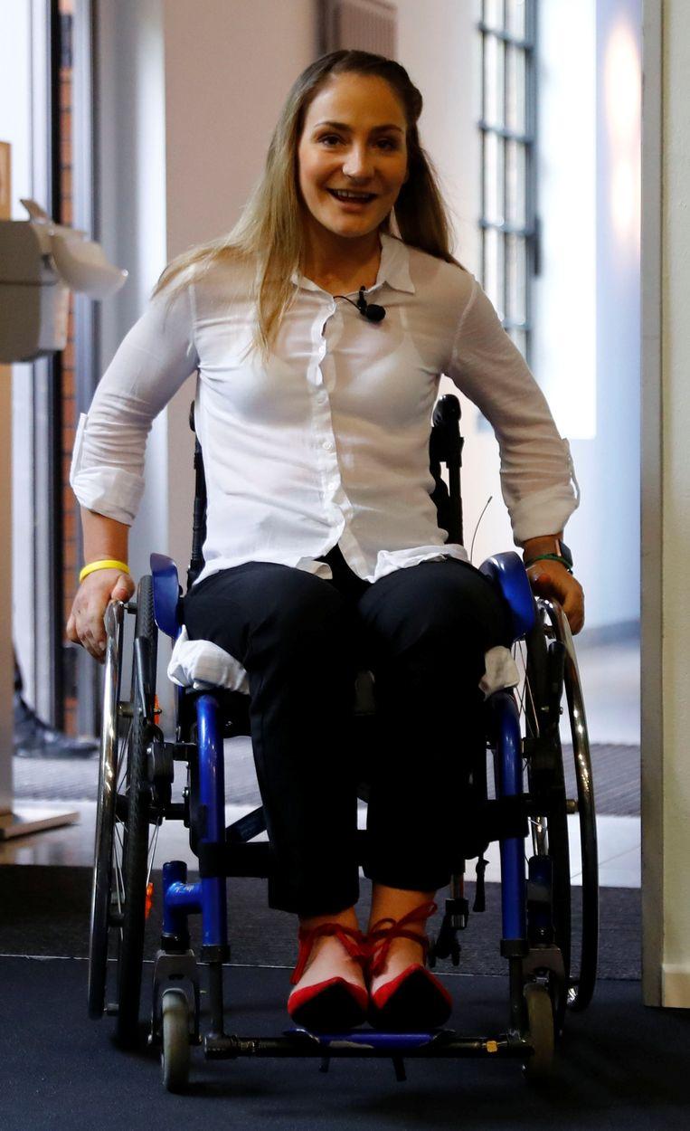 Baanwielrenster Kristina Vogel arriveert op de persconferentie waar ze voor de eerste keer de pers te woord staat na haar ongeluk in juni. Beeld REUTERS