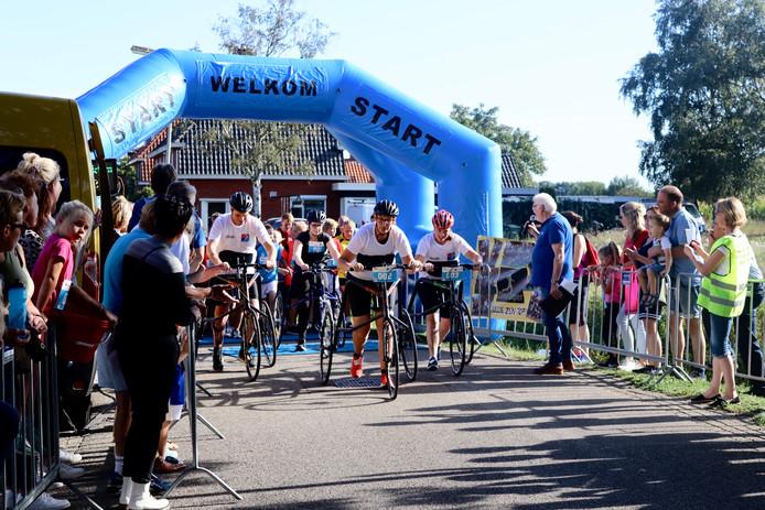 De start van de Lus van Beckum met voorop de Racerunners, een groep volwassenen met een beperking die op deze manier toch mee konden doen, zij het buiten mededinging.