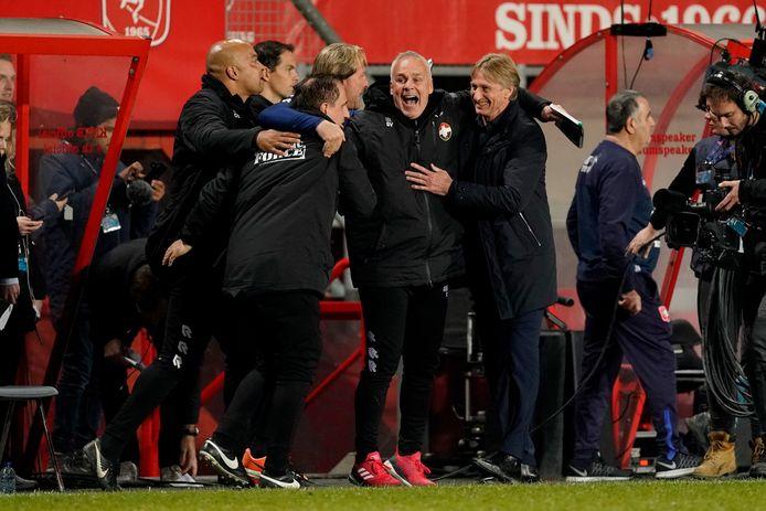 Adrie Koster (rechts) viert de overwinning op FC Twente met zijn staf.