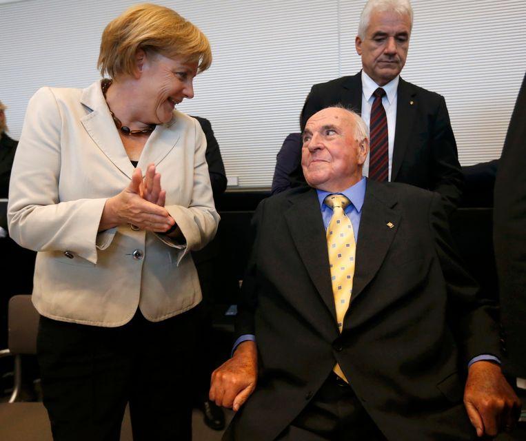 Angela Merkel en Helmut Kohl tijdens een partijbijeenkomst van CDU/CSU in Berlijn, september 2012. Beeld reuters
