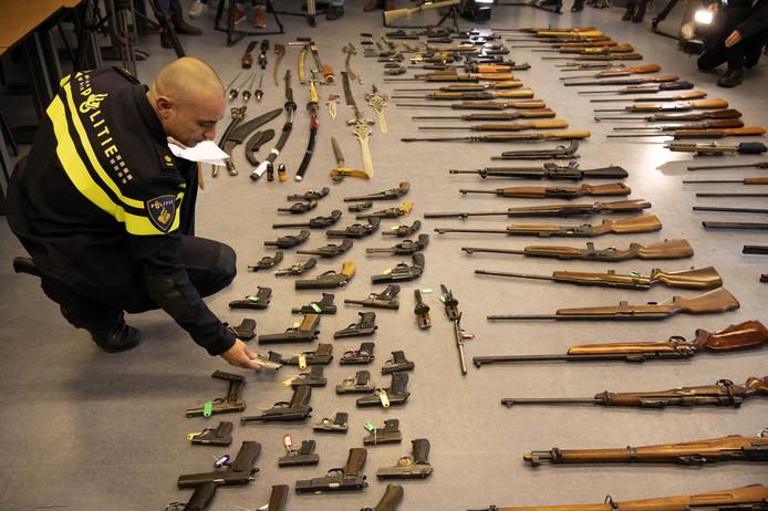 Wapens die zijn ingeleverd tijdens de wapeninleveractie 'Wapens de wijk uit' van de Rotterdamse politie en Openbaar Ministerie. Inwoners van het Rijnmond-gebied konden tijdens deze actie anoniem hun slag- of stootwapens inleveren.