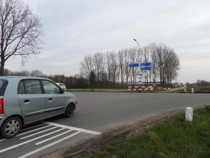 Het kruispunt van de Neer Andelse weg, Middenweg en Parallelweg in Andel.