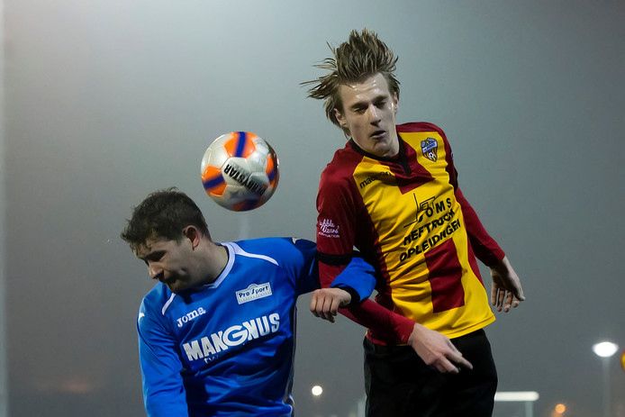Steven van der Spek (rechts) van Dosko in duel verstrengeld met Kris van Meerle (Hontenisse).