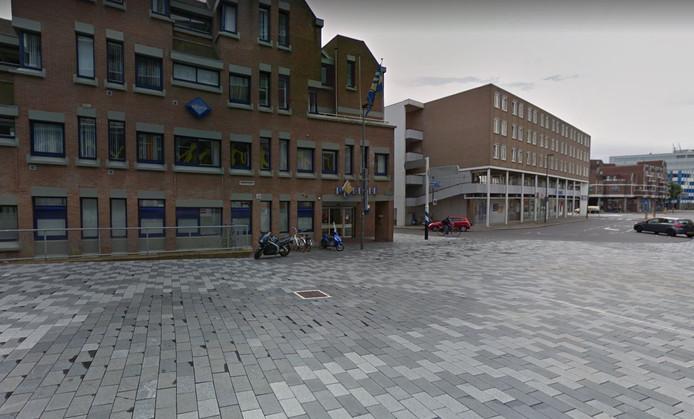 Ter hoogte van het politiebureau in Nieuwegein zijn op veel plekken gebroken tegels en flinke kieren tussen de tegels te vinden.