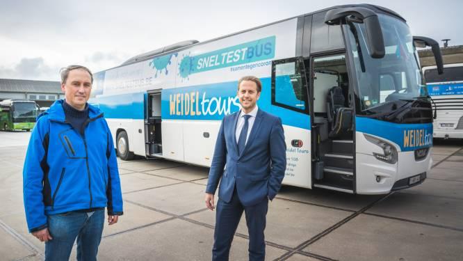 """Hoe werkt de Sneltestbus? """"We komen naar je bedrijf, en 20 minuten later weet je wie positief is en wie niet"""""""