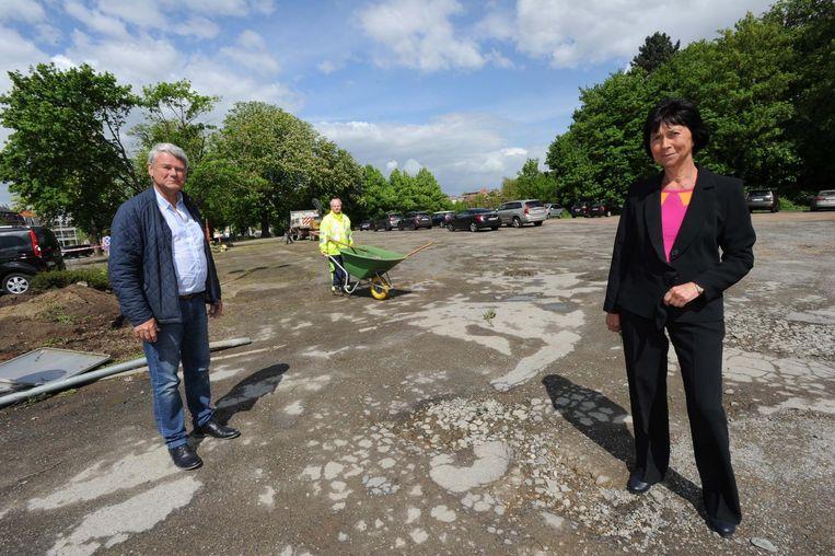 Schepen Peter Rosel en burgemeester Ingrid Holemans op de afgeleefde parking aan het zwembad.